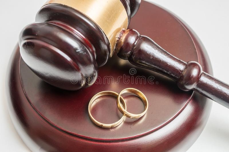 Concepto del divorcio Opinión del primer sobre el mazo y los anillos de bodas foto de archivo
