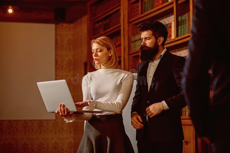 Concepto del Elearning Los estudiantes utilizan la biblioteca digital para el elearning en línea Elearning y educación electrónic fotografía de archivo libre de regalías