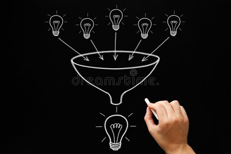 Concepto del embudo de las bombillas del trabajo en equipo foto de archivo