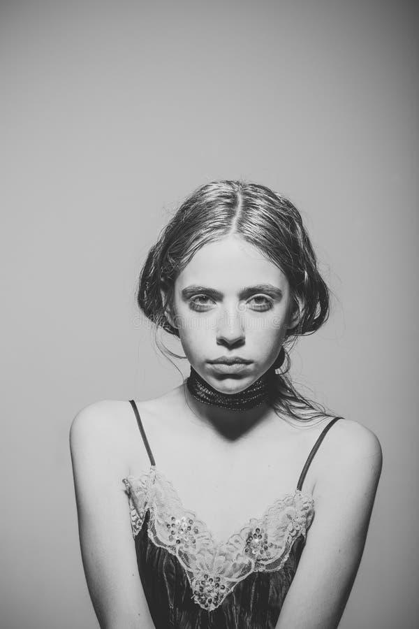 Concepto del envejecimiento pelo sking y graying joven de la muchacha Fresco y hermoso Retrato de la mujer joven hermosa con gris imagenes de archivo
