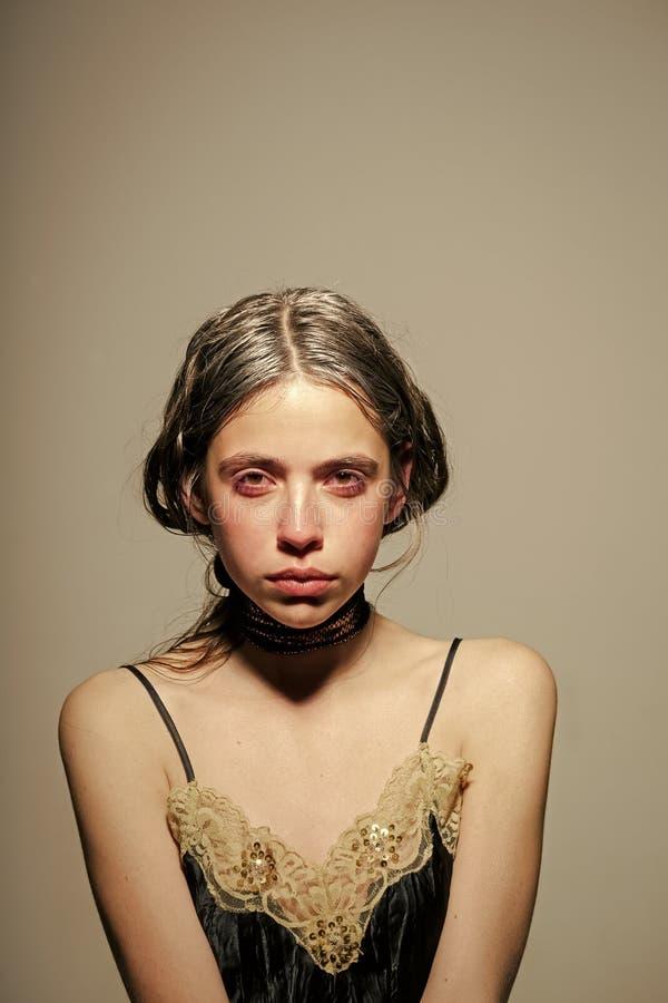 Concepto del envejecimiento pelo sking y graying joven de la muchacha Fresco y hermoso Retrato de la mujer joven hermosa con gris imagen de archivo libre de regalías