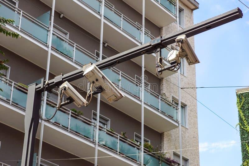 Concepto del equipo de la seguridad - vigilancia video de la cámara CCTV en el estacionamiento del coche en el control de área de fotos de archivo