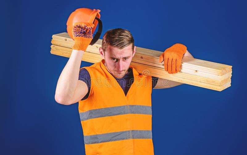 Concepto del equipo protector El hombre en guantes protectores sostiene el visera del casco, corrige el casco en la cabeza, fondo imagenes de archivo