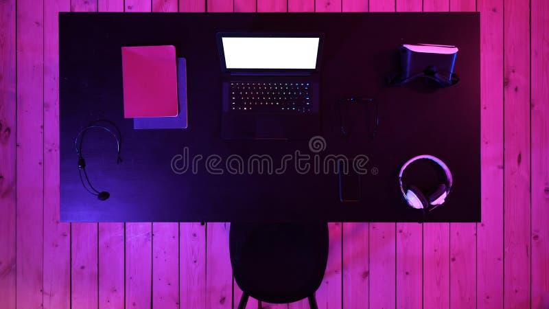 Concepto del espacio de trabajo del videojugador con la pantalla del ordenador portátil del videojugador vista Visualización blan foto de archivo