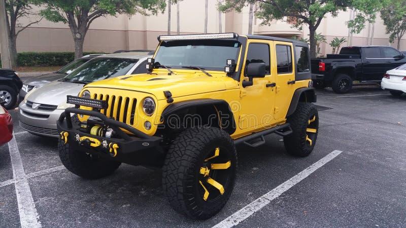 Concepto del estacionamiento Amarillo el suv aparcamiento al aire libre Veh?culo moderno Concepto del transporte y del transporte imagen de archivo libre de regalías