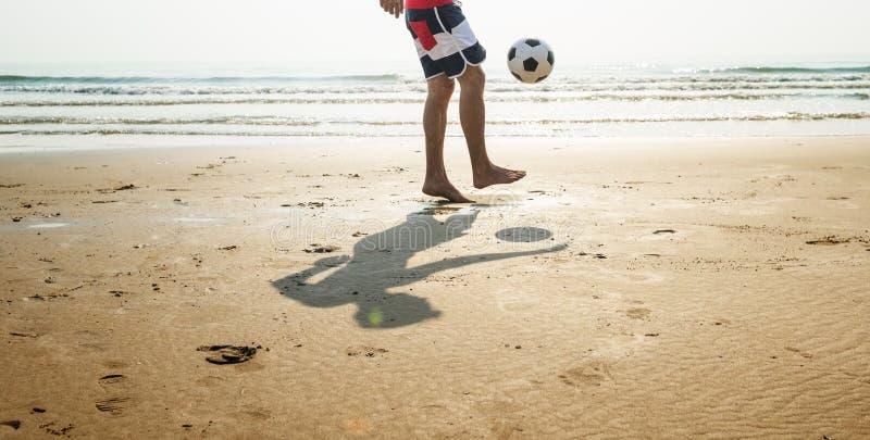 Concepto del fútbol de las vacaciones de las vacaciones de verano de la playa del hombre fotografía de archivo