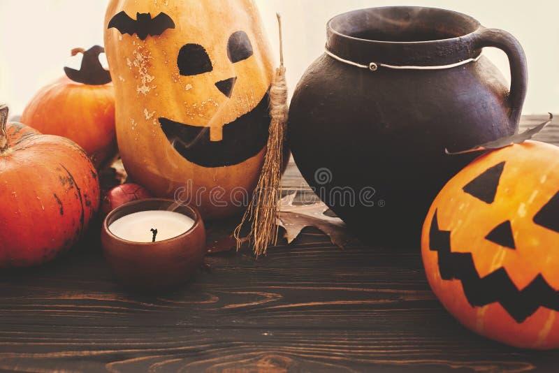 Concepto del feliz Halloween Calabazas, Jack-o-linterna, cauldro de la bruja imágenes de archivo libres de regalías