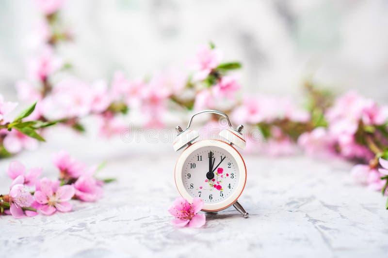 Concepto del flor de la primavera Reloj, primer del ?rbol de florecimiento y espacio miniatura de la copia Textura natural rosada foto de archivo