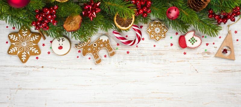 Concepto del fondo de la Navidad, ramas de árbol adornadas del día de fiesta y galletas del pan de jengibre fotos de archivo