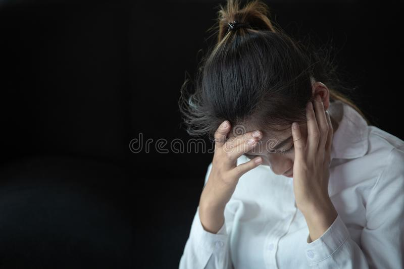 Concepto del fracaso del trabajo, mujer de negocios que tiene dolor de cabeza Muchacha subrayada y deprimida que toca su cabeza,  imágenes de archivo libres de regalías