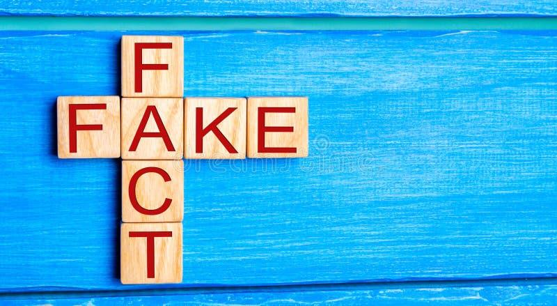 Concepto del hecho o de la falsificación, en el concepto de las noticias y de la información, yel fotos de archivo libres de regalías