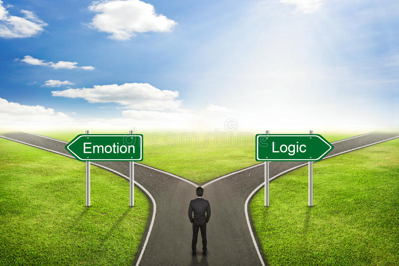Concepto del hombre de negocios, camino de la emoción o de la lógica a la manera correcta foto de archivo