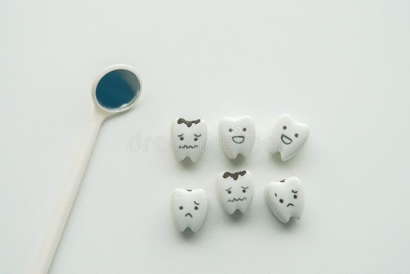 Concepto del icono de la salud de dientes examinados para los dientes sanos y decaídos por el dentista fotos de archivo