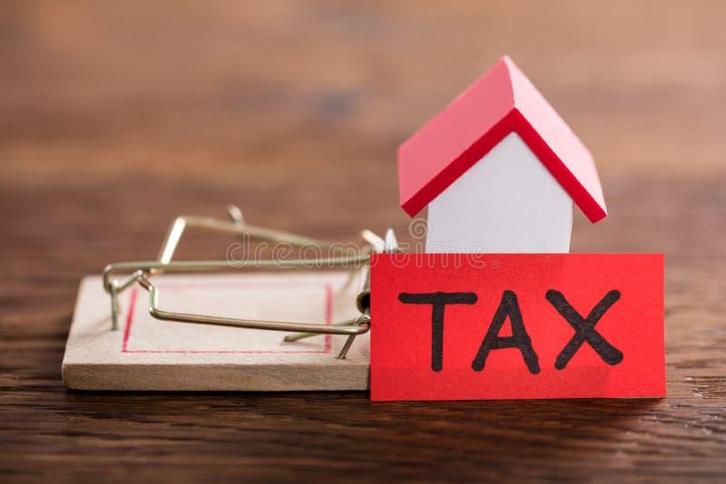 Concepto del impuesto en el escritorio de madera imagen de archivo libre de regalías