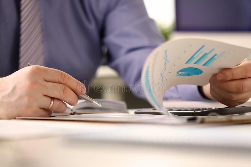 Concepto del informe de Routine Paperwork Audit de la contable fotografía de archivo