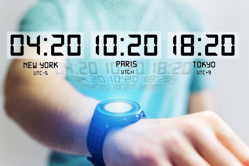 Concepto del jet lag con diverso tiempo de la hora sobre un smartwatch fotos de archivo