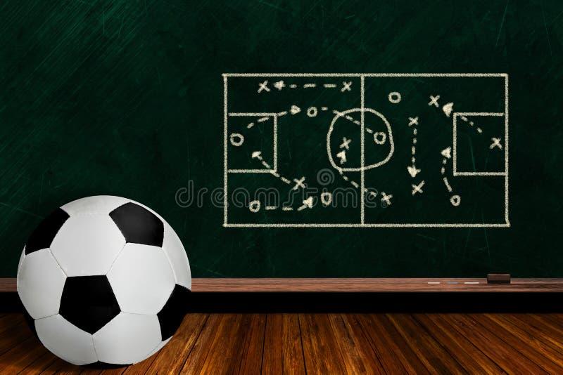 Concepto del juego con estrategia del juego del balón de fútbol y del tablero de tiza stock de ilustración