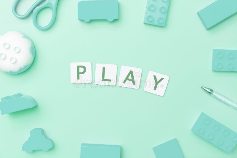 Concepto del juego con los objetos del juguete para el concepto de la educación del niño en fondo del trullo fotografía de archivo libre de regalías