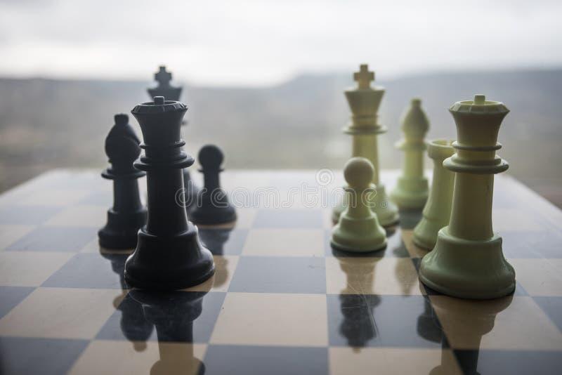concepto del juego de mesa del ajedrez de ideas del negocio y de ideas de la competencia y de la estrategia Figuras del ajedrez e imágenes de archivo libres de regalías