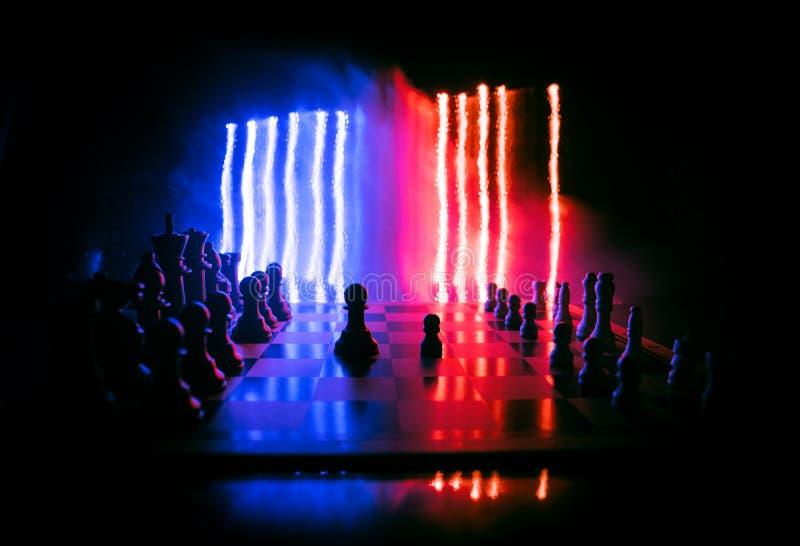 Concepto del juego de mesa del ajedrez de ideas y de competencia del negocio El ajedrez figura en un fondo oscuro con humo y nieb fotos de archivo libres de regalías