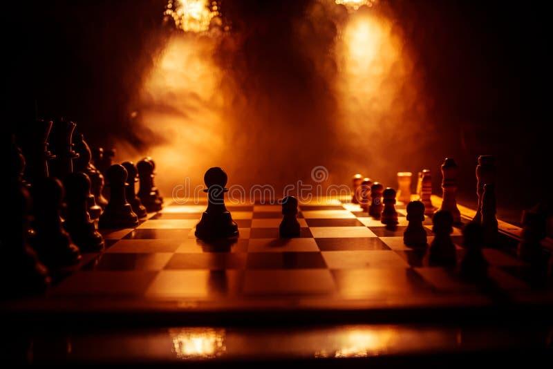 Concepto del juego de mesa del ajedrez de ideas y de competencia del negocio El ajedrez figura en un fondo oscuro con humo y nieb foto de archivo libre de regalías