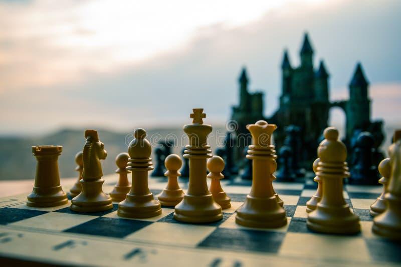 Concepto del juego de mesa del ajedrez de ideas y de competencia del negocio Figuras del ajedrez en un tablero de ajedrez Fondo a fotografía de archivo