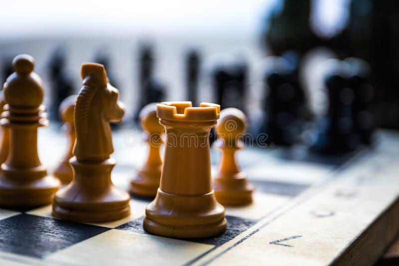 Concepto del juego de mesa del ajedrez de ideas y de competencia del negocio Figuras del ajedrez en un tablero de ajedrez Fondo a fotos de archivo