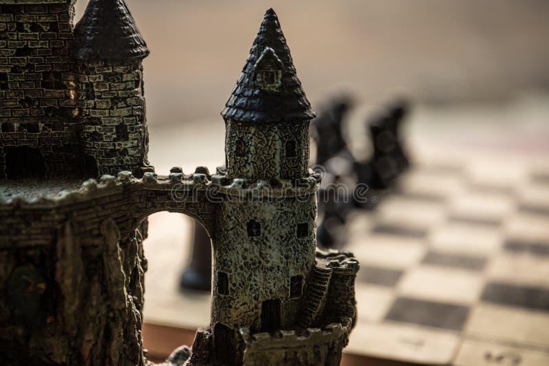 Concepto del juego de mesa del ajedrez de ideas y de competencia del negocio Figuras del ajedrez en un tablero de ajedrez Fondo a fotografía de archivo libre de regalías
