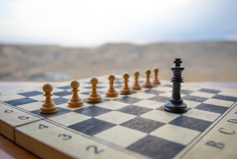 Concepto del juego de mesa del ajedrez de ideas y de competencia del negocio Figuras del ajedrez en un tablero de ajedrez Fondo a fotos de archivo libres de regalías