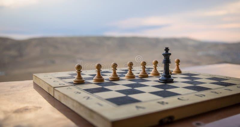 Concepto del juego de mesa del ajedrez de ideas y de competencia del negocio Figuras del ajedrez en un tablero de ajedrez Fondo a imágenes de archivo libres de regalías