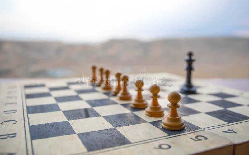 Concepto del juego de mesa del ajedrez de ideas y de competencia del negocio Figuras del ajedrez en un tablero de ajedrez Fondo a foto de archivo libre de regalías