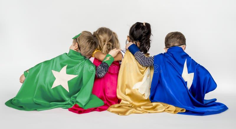 Concepto del juego del superhéroe de los niños imagenes de archivo