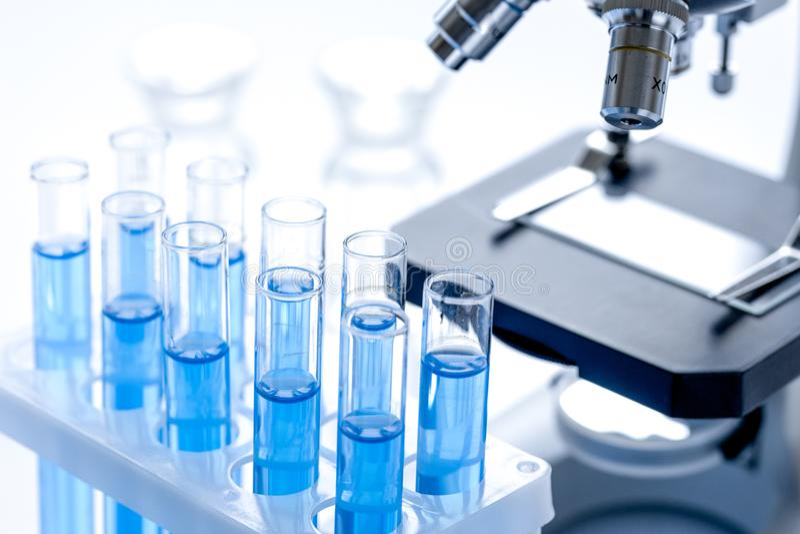 Concepto del laboratorio, de la química y de la ciencia en el fondo blanco imágenes de archivo libres de regalías