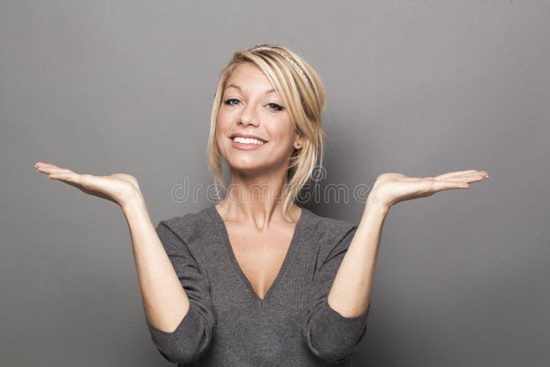 Concepto del lenguaje corporal para la mujer rubia satisfecha 20s fotos de archivo