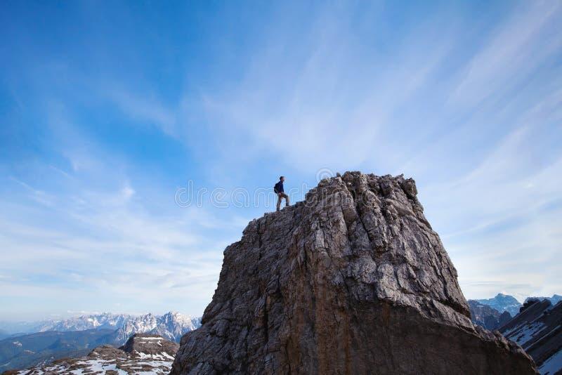 Concepto del logro, escalador encima de la montaña fotografía de archivo libre de regalías