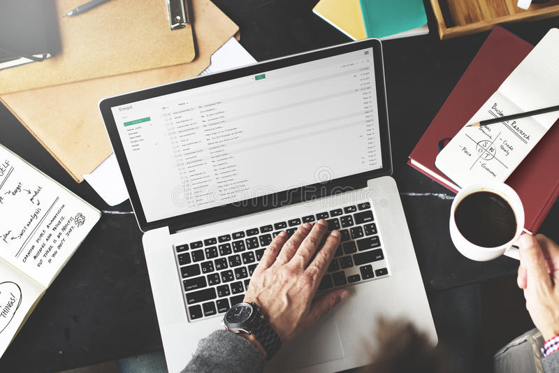 Concepto del lugar de trabajo de Working Email Writing del hombre de negocios imagen de archivo libre de regalías