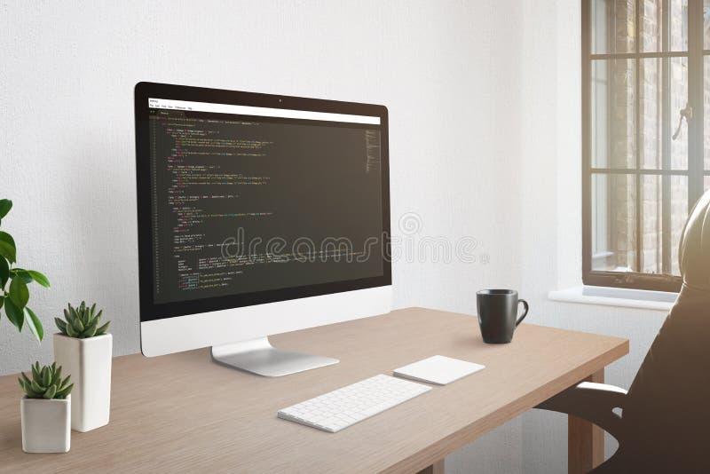 Concepto del lugar de trabajo del Freelancer Pantalla de ordenador con el editor de código abierto fotografía de archivo