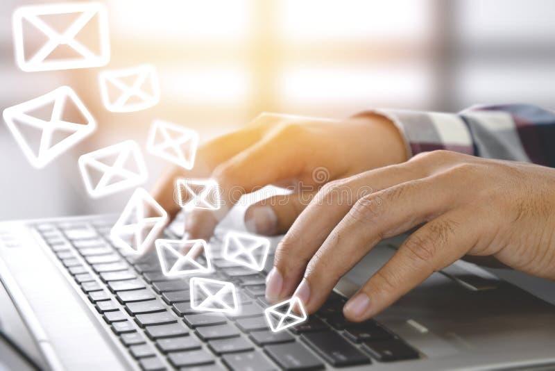 Concepto del márketing del correo electrónico Envío del hoja informativa imagenes de archivo