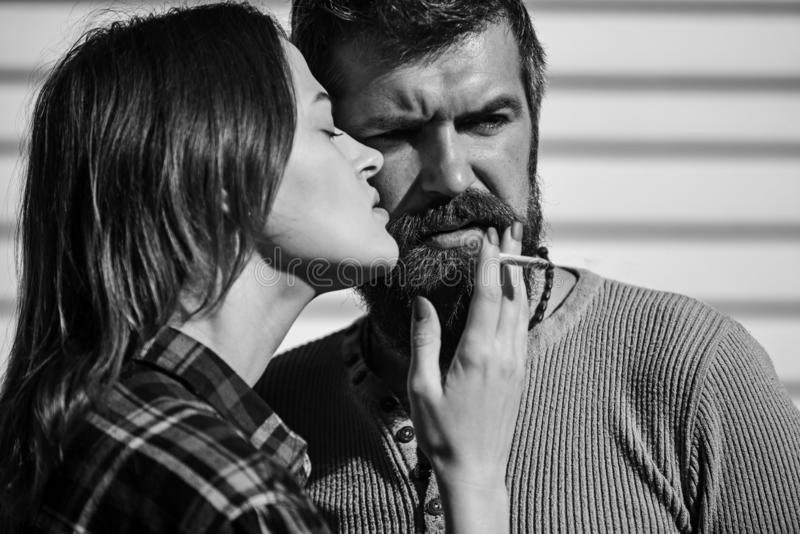 Concepto del mún hábito y de la relación El par en amor fuma junto fotografía de archivo