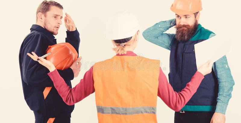 Concepto del malentendido Constructores e ingeniero que discuten, entendiendo mal fotografía de archivo libre de regalías