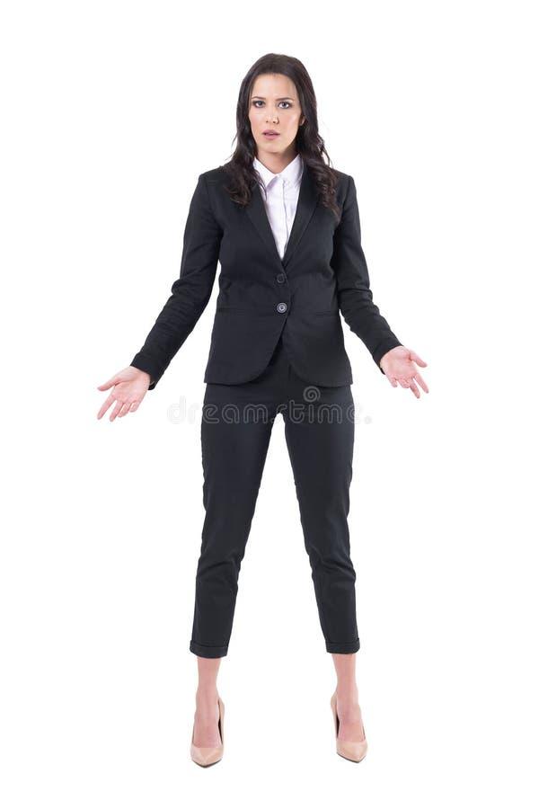 Concepto del malentendido Mujer de negocios enfadada con los brazos abiertos que miran la cámara imágenes de archivo libres de regalías