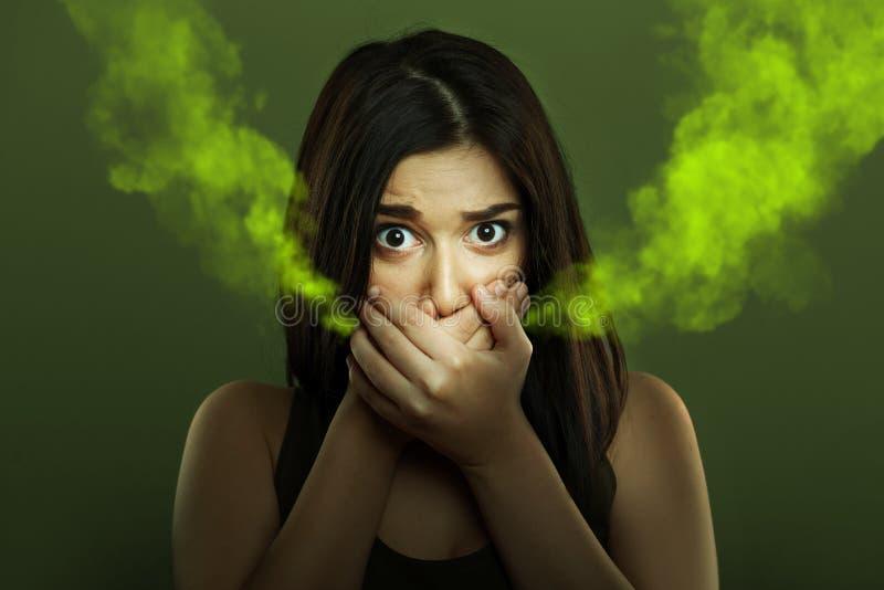 Concepto del malo aliento de mujer con la mala respiración imagenes de archivo
