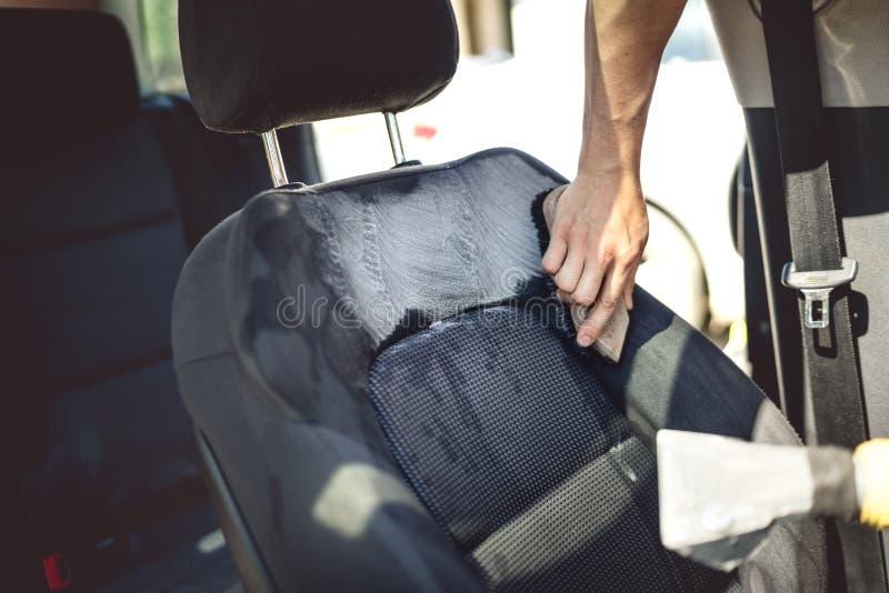 Concepto del mantenimiento del coche - detalle del asiento de conductor usando las herramientas y los limpiadores profesionales fotografía de archivo libre de regalías