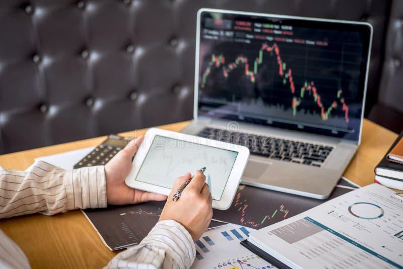 Concepto del mercado de bolsa de acción, comercio del inversor del negocio o agentes de bolsa que tienen un planeamiento y que lo foto de archivo libre de regalías