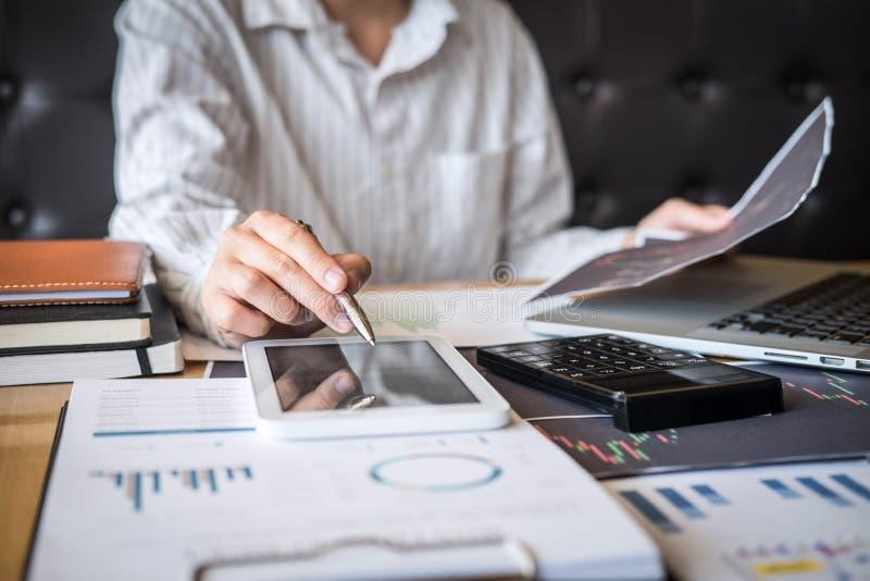 Concepto del mercado de bolsa de acción, comercio del inversor del negocio o agentes de bolsa que tienen un planeamiento y que lo fotos de archivo libres de regalías
