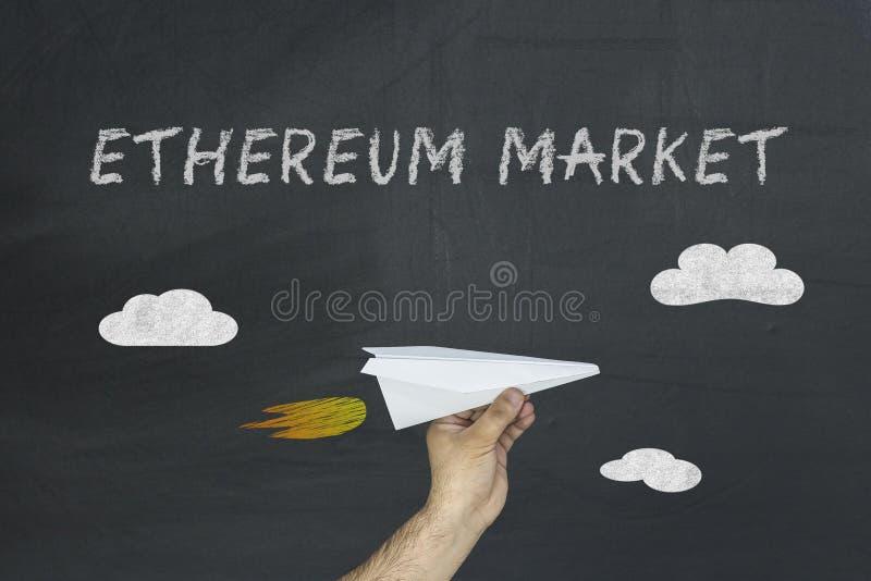 Concepto del mercado de Ethereum y aeroplano de papel imágenes de archivo libres de regalías