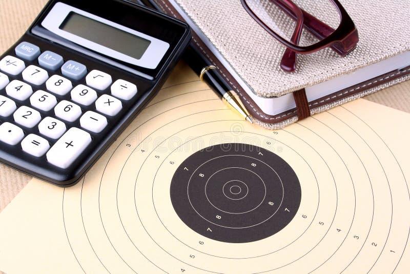 Blanco, calculadora, pluma, cuaderno, vidrios - metas del ajuste foto de archivo libre de regalías