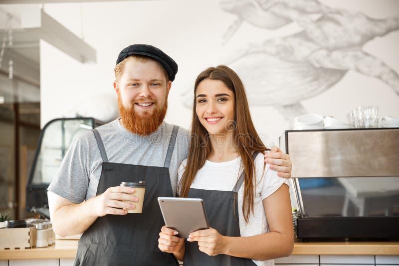 Concepto del negocio del café - retrato de los pequeños socios comerciales que se unen en su cafetería imagen de archivo