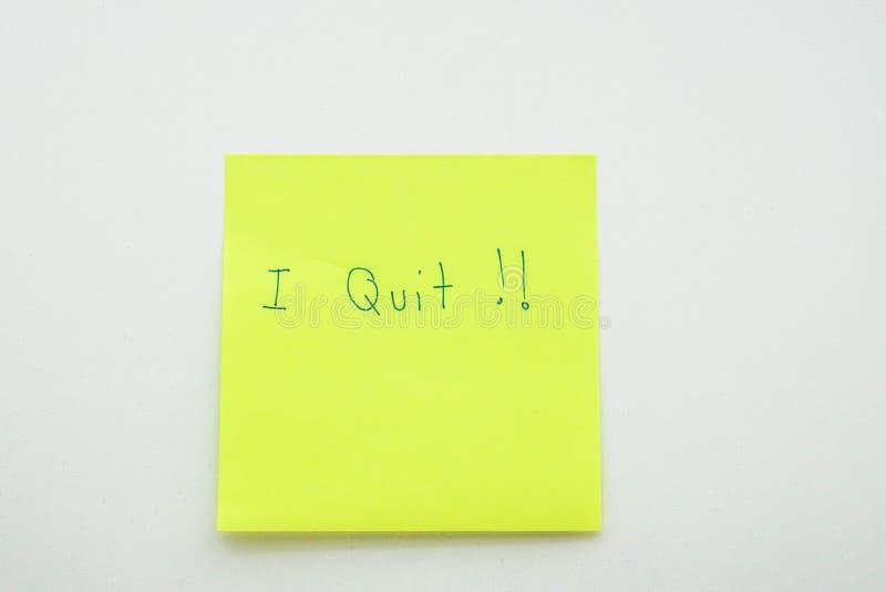 Concepto del negocio de dimisión en la oficina - aislada abandoné el mensaje en el papel del post-it en lugar de trabajo fotografía de archivo libre de regalías