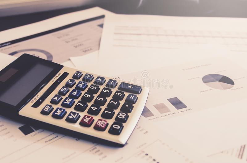 Concepto del negocio de financiero y de considerar con la hoja de papel de datos de planificación foto de archivo